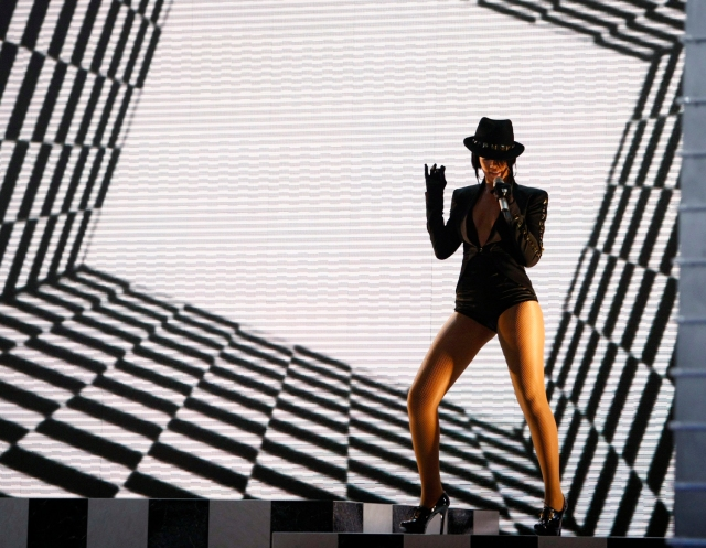 "Singer Rihanna performs ""Umbrella"" at the 2007 MTV Video Music Awards in Las Vegas September 9, 2007. Rihanna won the award for Monster Single of the Year for the song. REUTERS/Mike Blake (UNITED STATES)"