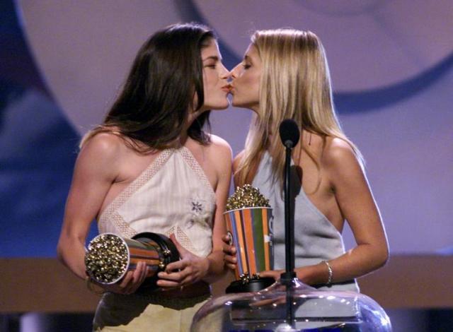 "Selma Blair and Sarah Michelle Gellar win ""Best Kiss"" at the MTV Movie Awards, 2000 (IBTimes)"